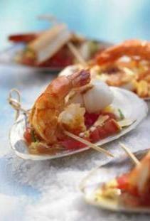 Crevettes et dip tomate-gingembre servis dans des coquilles