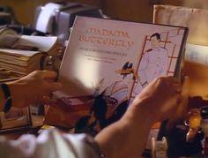 """René Gallimard (Jeremy Irons) riceve il 33 giri di Madama Butterfly opera di Giacomo Puccini. Fino al 3 maggio puoi ammirare presso la casa Natale del compositore Lucchese il """"33 giri"""" orginale utilizzato nelle scene del film, assieme a tanti altri oggetti nella stanza dedicata all'opera Madama Butterfly Per info: www.puccinimuseum.org"""