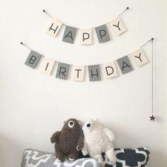 お誕生日のガーランドです。お子様や家族、お友だちのお祝いにいかがでしょうか。ご出産祝いにもぴったりです。飾るだけでお部屋がとても華やかになりますよ‼︎ゆれるお星さまがかわいいポイントになっています✩⃛*ೃ.⋆紙質、色、文字体にもこだわって作成しました。※お星さまはつけはずし可能です。又、画鋲でなくても、マステ等でも取り付け可能です。※セット内容は3枚目の画像になります。(ガーランド+お星様)...