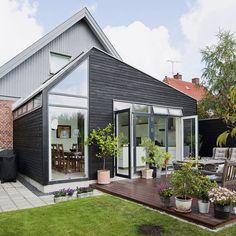 En trist udestue betød, at den klassiske bungalow i Søborg var mørk indeni. Ved at fjerne udestuen og bygge en ny tilbygning til køkken og spiseplads har familien på fire nu fået et nyt yndlingsrum.