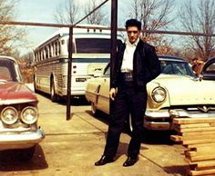 Elvis in Memphis just before He headed for Nashville for a recording session at RCA Studio B, March 1960 Graceland, Nashville, Rock And Roll, Young Elvis, Elvis Presley Photos, Lisa Marie Presley, Memphis Tennessee, Music Photo, Special People