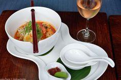 LAKSA NOODLES SINGAPURA – Shrimp, fishcake, tofu, lightly spiced coconut gravy  http://www.asia-bars.com/2013/08/babas-peranakan-themed-restaurant-at-huu-bar-in-bali/