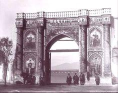 میدان مشق در تهران زمان قاجار عکس از ارنست هولتزر - فقط تصاویر روی دروازه