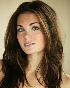 BeautIful hair : subtle highlights around face ? Beautiful makeup : very all natural with a & next door& look ? Brunette Blue Eyes, Brunette Makeup, Highlights Around Face, Subtle Highlights, Blonde Highlights, Caramel Highlights, Brown Hair And Freckles, Non Blondes, Great Hair