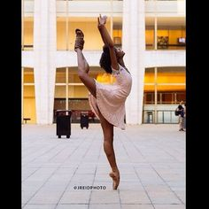 "Happy International Dance Day!! - Dara Holmes 📷 by @jreidphoto // ""What an inspiration you are to many young black girls... Including my little sister"" -@rochonemusic #WCW #daraholmes #enpointe #attitude #internationaldanceday #joffreyballetchicago"