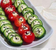 İçleri peynirle doldurulan salatalık ve çeri domatesler