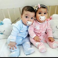 Ideas baby girl onesies name Cute Baby Twins, Twin Baby Girls, Boy Girl Twins, Twin Babies, Baby Love, Baby Kids, Twin Baby Photos, Twin Outfits, Cute Baby Pictures