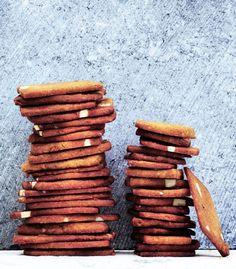 Brunkager er en af de småkager, der smager allermest af jul. Har du ikke prøvet at bage brunkager før, bør du gøre det nu. Vi giver dig opskriften på de klassiske brunkager med den helt rigtige julesmag.