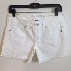 American Eagle White Denim Midi Shorts size 6 EUC American Eagle White Denim Midi Shorts size 6. Can be worn with or without the bottoms rolled for the length you desire. Perfect for summer! American Eagle Outfitters Shorts Jean Shorts