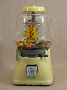Vintage Candy, Vintage Toys, Retro Vintage, Vintage Stuff, Miniature Crafts, Miniature Dolls, Lego Candy, Bubble Gum Machine, Machine Photo