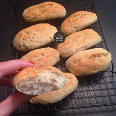 pão frances  1/2 xícara (chá) de farinha de sorgo (ou farinha de painço) 1/2 xícara (chá) de fécula de batata 1 xícara (chá) de farinha de arroz 1 xícara (chá) de polvilho doce (ou araruta) 2 colheres (sopa) de polvilho azedo 2 colheres (chá) de goma xantana 1 colher (chá) de sal 1 colher (sopa) de açúcar demerara 2 colheres (sopa) rasa de fermento biológico seco 1 xícara (chá)de água morna (não deve estar quente ao toque, 43 graus C) 1 colher (sopa) de azeite 1 colher (chá) de vinagre de…