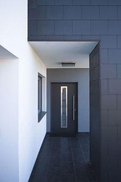 Skromny dom z basenem to pierwsza realizacja architektów skupionych w Nowej Grupie Projektowej Bathroom Lighting, Flat Screen, Mirror, Furniture, Home Decor, Bathroom Light Fittings, Blood Plasma, Bathroom Vanity Lighting, Decoration Home