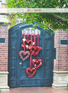 Valentine& Day Heart Wreaths by Advice from a 20 Something. Valentine& Day Heart Wreaths by Advice from a 20 Something. 25 Best Valentine& Day home decor ideas via A Blissful Nest. Valentines Decoration, Valentine Day Wreaths, Valentines Day Hearts, Valentine Day Love, Valentine Day Crafts, Valentines Day Decor Rustic, Valentine Ideas, Valentine Stuff, Funny Valentine
