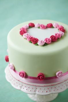 Cake decorated with roses in a heartshape