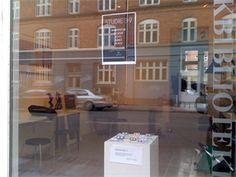 Ideel butik/showroom/kontor/atelier til kreative erhverv - eller andet...     Dejlig lys butik beliggende på pæn sidegade til Nørrebrogade.  Der er tale om en erhvervsandel på ca. 50 m2.   2 rum i to plan. Det ene mod gaden med stort vinduesparti. Det andet mod dejligt gårdmiljø.    http://www.lokaleportalen.dk/storkoebenhavn-butiktilegetbrug/2200-koebenhavnnoerrebro/aegirsgade/2370