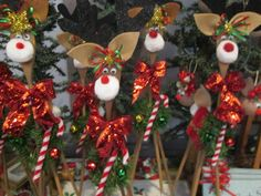 Our wooden spoon reindeer. The glittery bows make all the difference. Christmas Craft Projects, Holiday Crafts, Holiday Decor, Wooden Spoon Crafts, Wooden Spoons, Reindeer Craft, Felt Christmas, Christmas Favors, Xmas Ornaments