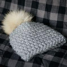 Tuque au crochet avec pompon de fourrure recyclée! Crochet beanie with upcycled fur pompom