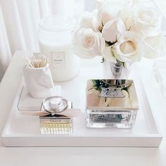 We've rounded up the most chic and minimalist vanity inspiration and makeup storage ideas to give you major design ideas. Tocador Vanity, Beauty Vanity, Makeup Vanity Decor, Bathroom Vanity Decor, Makeup Tray, Bathroom Caddy, Budget Bathroom, Design Bathroom, White Bathroom