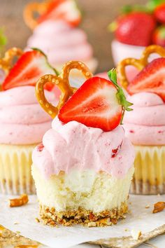 Strawberry Pretzel Salad Cupcakes - modeled after the classic dessert with a pretzel crust, cream filling and strawberry JELLO frosting! Jello Frosting, Strawberry Frosting, Strawberry Desserts, Strawberry Cupcakes, Buttercream Frosting, Fun Cupcakes, Cupcake Cakes, Vanilla Cupcakes, Easter Cupcakes