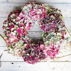 A beautiful wreath to hang on your door or rest on your mantel. A easy to follow tutorial which will be done in under an hour.