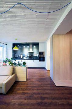 Dizajn šikmých línií architekti podčiarkli antracitovými hranami a tento prvok použili aj na zvyšných kusoch nábytku.