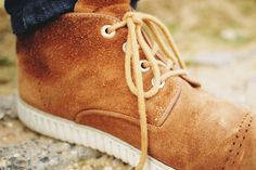Jak powstaje zamsz? To specjalnie przygotowany wierzch skóry, zeszlifowany tak, aby powstał charakterystyczny meszek. Po pociągnięciu palcem po zamszu, zostaje jasna albo ciemna smuga, w zależności od kierunku ułożenia włosa. Choć buty zamszowe świetnie się prezentują, to utrzymanie ich w dobrej kondycji wymaga trochę wysiłku.   #buty #butydamskie #butydziecięce #butymęskie #butyzamszowe #pielęgnacja #skóranaturalna #zamsz