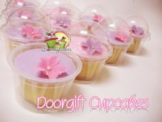 Lovely Cakes: Fondant Cupcakes in individual domes...