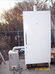 convert an old freezer into a smoker Diy Smoker, Barbecue Smoker, Homemade Smoker, Custom Smokers, Backyard Smokers, Old Refrigerator, Bbq Island, Smoke Grill, Smokehouse