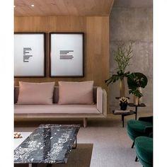 O Loft Romanov é o projeto da @suite_arquitetos na @casacor_oficial. Numa releitura contemporânea das texturas dos palácios russos, o ambiente minimalista traz muito aconchego e referências que adoramos. :) Saiba mais e escute os profissionais falando sobre o ambiente na mostra em nosso site: http://bit.ly/arkpad-lr