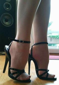 15 cm Domina Heels in hellen Nylons. Sexy Legs And Heels, Hot Heels, Sexy High Heels, High Heels Stilettos, Stiletto Heels, Pantyhose Heels, Stockings Heels, Talons Sexy, High Heels