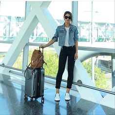 Casual travel look! (Black, white & denim) -------- E o… Trendy Outfits, Summer Outfits, Cute Outfits, Fashion Outfits, Airport Look, Airport Style, Airport Chic, Travel Wear, Travel Style