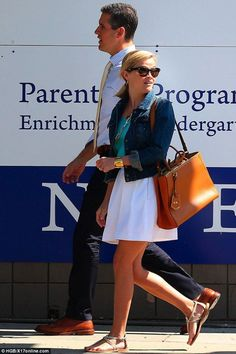 Reese Witherspoon wearing Current/Elliott the Snap Denim Jacket, Fendi Elite Leather Shopper in Honey and French Connection Sunshine Walk Flared Skirt. Preppy Mode, Preppy Style, Style Me, Mom Outfits, Spring Outfits, Cute Outfits, Reese Witherspoon Style, Jean Jacket Outfits, Star Fashion
