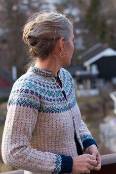 Ravelry: Karminkoften cardigan pattern by Wenche Roald Ravelry: Karminkoften cardigan pattern by Wenche Roald Hand Knitted Sweaters, Sweater Knitting Patterns, Knitting Designs, Knit Patterns, Knitting Projects, Cardigan Design, Cardigan Pattern, Nordic Sweater, Icelandic Sweaters