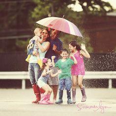 famille, parents, enfants, été, pluie, parapluie, arrosage, fun