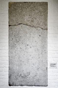 #Kiel Das Sandsteinrelief ist in die Wand des Kreuzgangs im ehemaligen Franziskanerkloster eingelassen. Graf Adolf IV. ging 1245 in das von ihm selbst gestiftete Kieler Kloster, wo er nach seinem Tode 12...