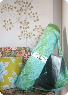 the perfect yoga bag, free sewing pattern, if i ever get it together to actually dust off my machine and use it.