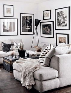weiße Wand und Bilder in Schwarz und Weiß