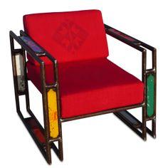 Per 15 anni Ousmane MBaye ha riparato frigoriferi a Dakar. Un giorno ha riciclato l'acciaio per creare una sedia, la prima di una collezione di mobili in acciaio e barili di benzina vuoti.