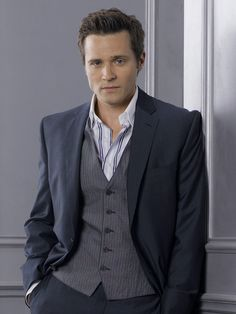 Beautiful Seamus Dever is beautiful. Geez I envy Juliana :P but they are perfect and adorable together, so, you know...