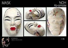 """Japanse Noh maskers zijn traditionele Japanse Maskers. Vervaardigd uit reyclagemateriaal en papier-maché, bezet met papiermozaïek en vernist. Vertegenwoordigt een jonge, mooie vrouw uit de Heian periode .  """"Ko"""" betekent jeugd en schoonheid en """"Omote"""" betekent gezicht. Maar letterlijk vertaald is de betekenis """"smal gezicht"""". De ko-omote behoort tot de Onna-men (Vrouwen). De ko-omote zal een bepaalde sensualiteit weergeven volgens de kleur en sneden van het masker."""