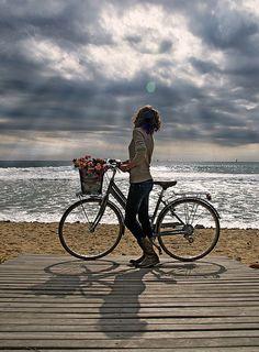 .Um passeio de bicicleta junto à praia ビーチ沿い、自転車に乗って
