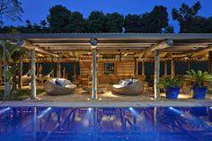 Piscina perfeita em casa de praia com atmosfera rústica e luxuosa.   https://www.homify.com.br/livros_de_ideias/41180/5-projetos-de-arquitetura-com-piscinas-incriveis