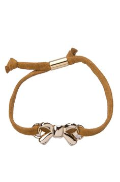 Essa pulseira de couro é uma bijuteria feminina linda e delicada.    O laço dourado é o diferencial, podendo ser usada sozinha ou combinando com o relógio e outras pulseiras da Juv, fazendo um mix fashion. Última tendência, essa pulseira de couro é essencial para combinar desde looks básicos aos modernos das próximas estações.    A pulseira de laço dourado é em couro, o acabamento do laço é polido com banho dourado.