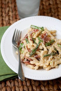 Bacon & Asparagus Pasta    8 slices thick-cut bacon, chopped  1 pound fresh asparagus, trimmed and cut into 1″ pieces  2 cloves garlic, minced  1 lb pasta (I used gemelli)  2 cups Alfredo sauce  kosher salt  black pepper