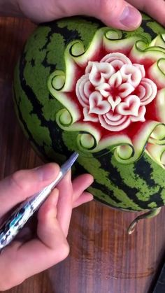 Watermelon carving Makeup Hacks d i y makeup hacks videos Watermelon Carving Easy, Watermelon Art, Dinosaur Watermelon, Watermelon Healthy, Carved Watermelon, L'art Du Fruit, Fruit Art, Creative Food Art, Creative Ideas