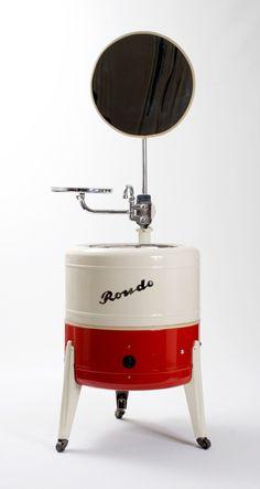vintage washing machine cute for laundry room pic Vintage Laundry, Vintage Kitchen, Retro Vintage, Best Kitchen Lighting, Kitchen Lighting Fixtures, Antique Washing Machine, Kitchen Layouts With Island, Vintage Appliances, Antique Boxes