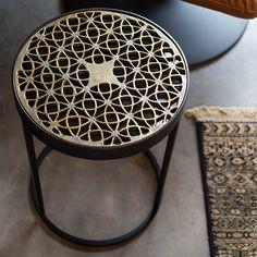 Het Sari bijzettafeltje heeft een vrij basic vorm maar door het tafelblad maak je een statement in je interieur! Het tafeltje is gemaakt van zeer stevig zwart poedercoat metaal - en het tafelblad is van glas met een uitneembaar blad van antiek messing.