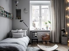 Soft grey shades in this stylish children's room - Paul & Paula There are two things that caught my eye in this grey kids room. One is the balcony th. Master Bedroom Layout, Bedroom Layouts, Girl Room, Girls Bedroom, Modern Boys Rooms, Creative Kids Rooms, Toddler Rooms, Kid Spaces, Interiores Design