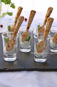 Glaasje vullen met bijvoorbeeld roomkaas en een eetbaar lepeltje erin