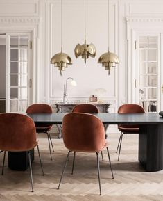 Decoration Salle A Manger Style Art Nouveau Contemporary Dining Room Sets, Contemporary Pendant Lights, Dining Room Design, Modern Interior Design, Interior Ideas, Danish Design, Dining Chairs, Table, Light Design